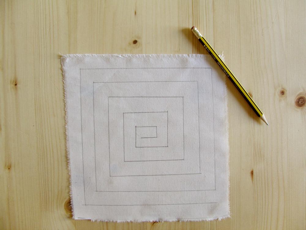 Espiral cuadrada dibujada en el tejido