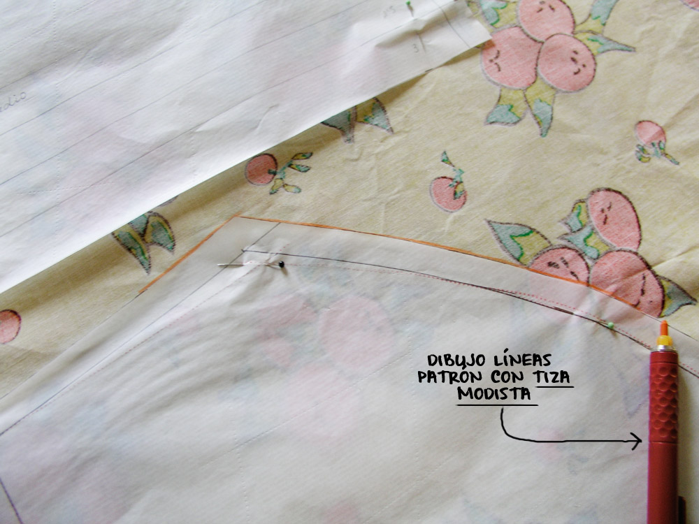 Dibujo del contorno del patrón en la tela