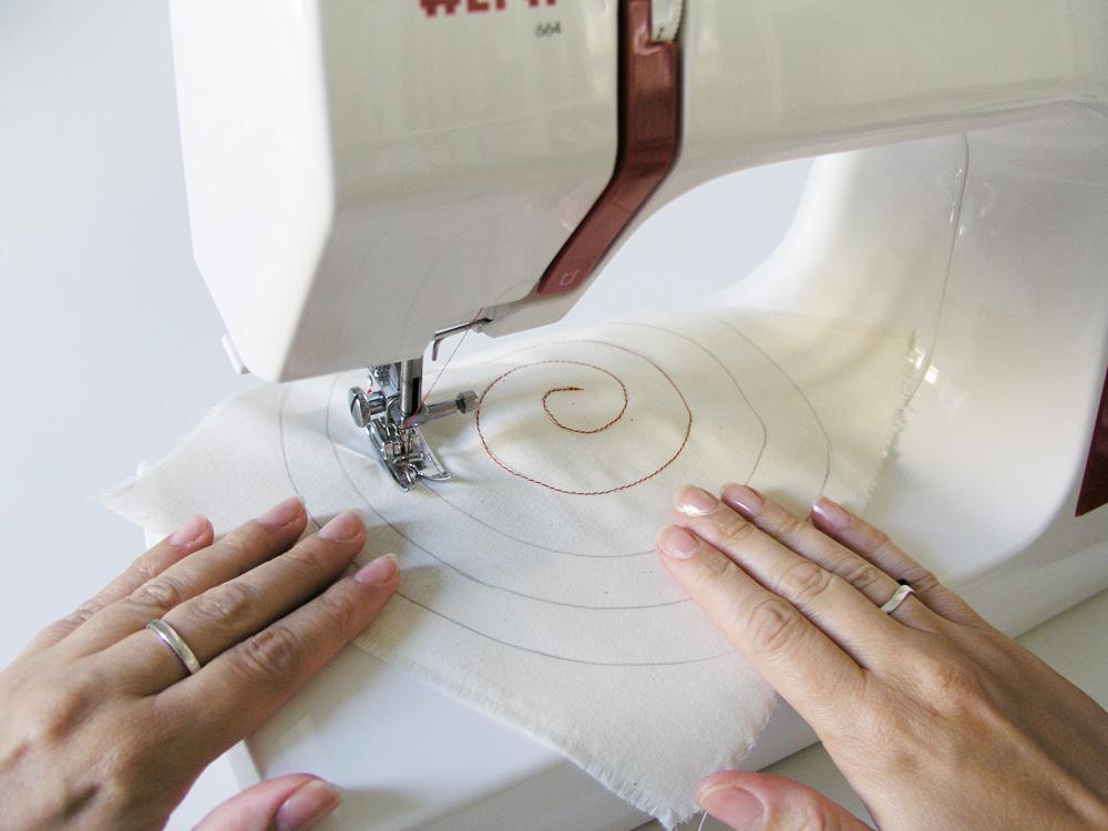 Coser la espiral con la ayuda de ambas manos
