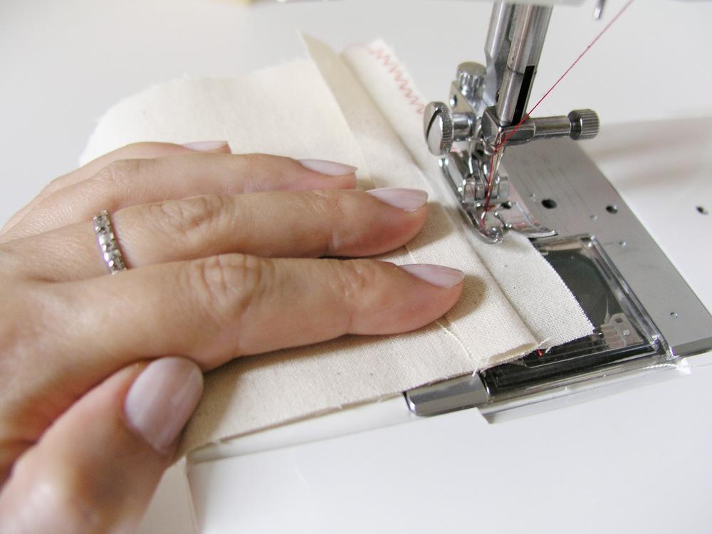 Sobrehilar con zigzag el margen de costura