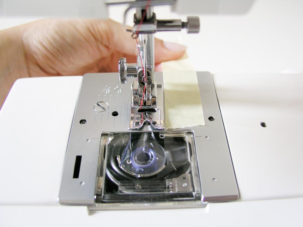 Poner cinta adhesiva en la máquina
