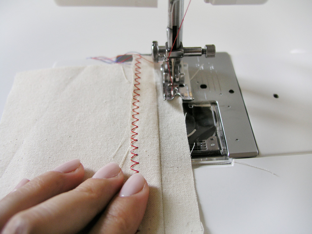 Sobrehilar con zigzag el segundo margen de costura