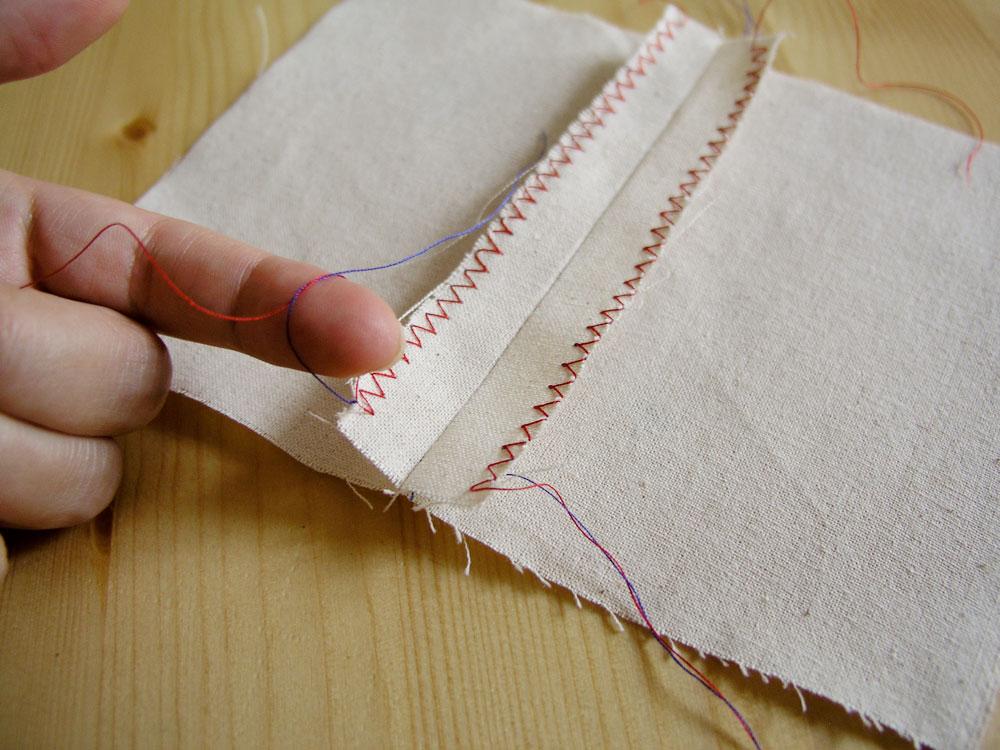 Anudar las hebras del remate del margen de costura