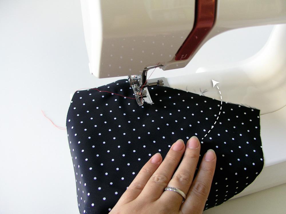 Pivotar la aguja y girar el tejido