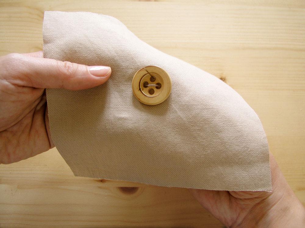 Coser botón a mano