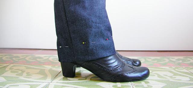 Coger el bajo a unos pantalones tejanos: dobladillo clásico