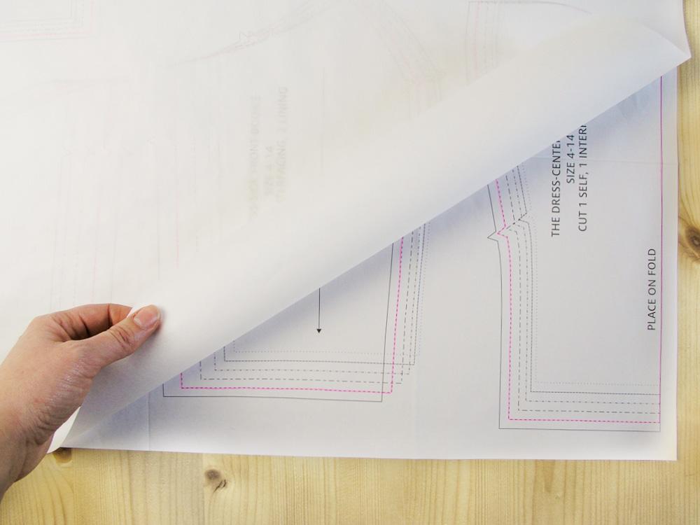 Colocar el papel de patrones encima del patrón