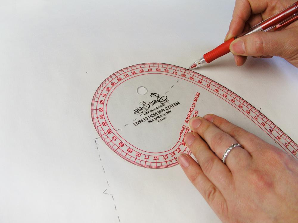 Repasar las marcas con una regla de curvas