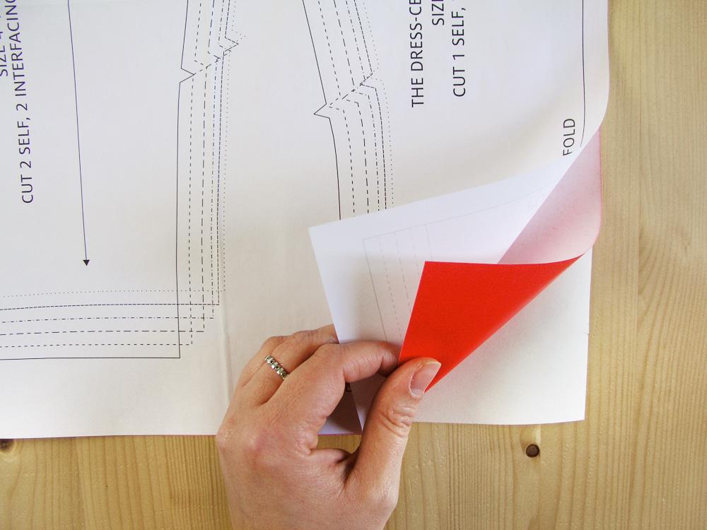 Poner el papel de carbón entre el patrón y el papel de patronaje