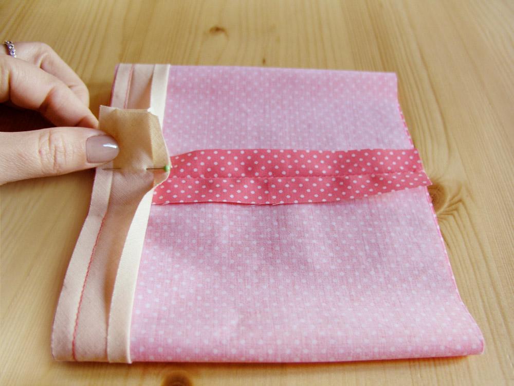 Colocar con alfileres el margen a coser