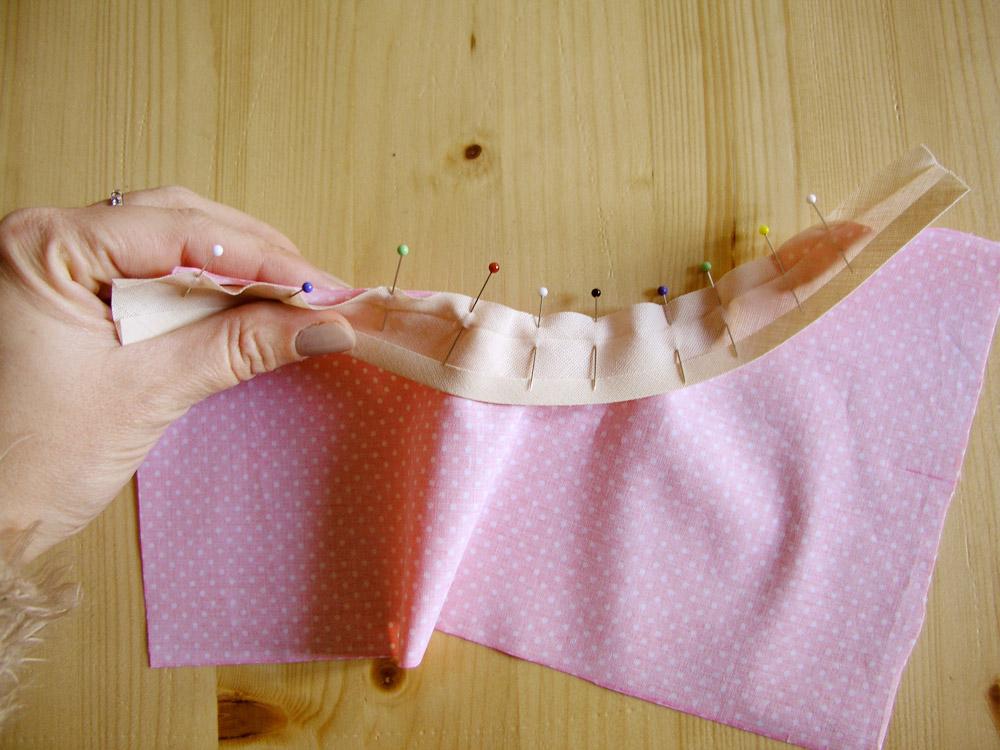Coser cinta al bies en curva betsy costura - Como coser cortinas paso a paso ...