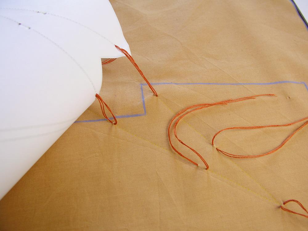 Retirar el patrón dejando las hebras en el tejido