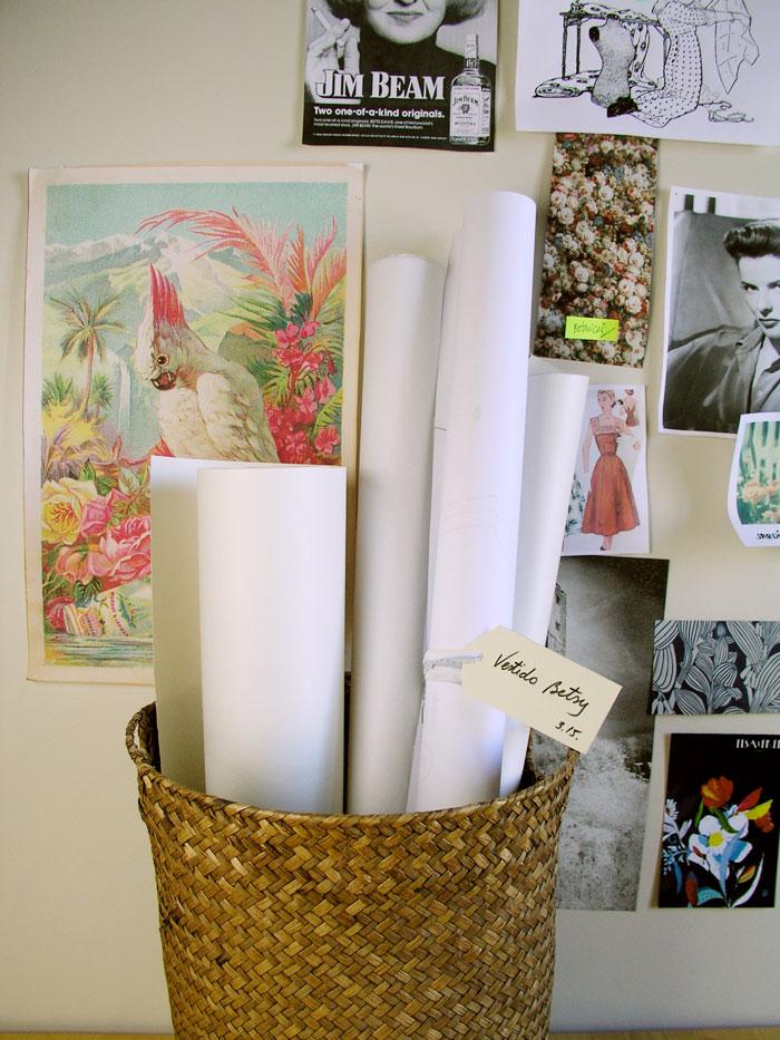 Patrones de costura organizados en un cesto