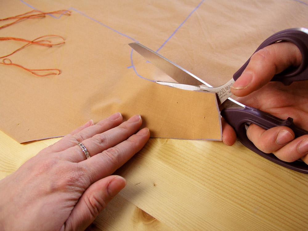 Cortar el tejido con tijeras