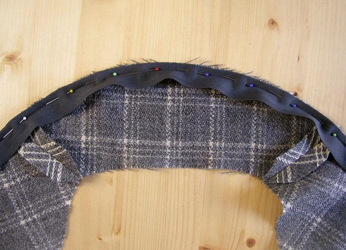 Colocar la cinta al bies en la curva de la espalda