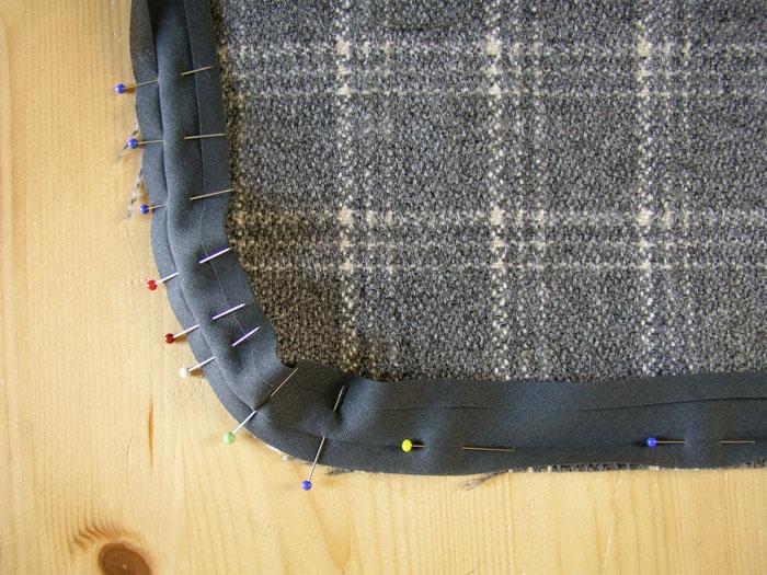 Colocar alfileres para fijar la cinta al bies