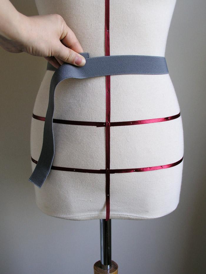 Cortar la cinta elástica necesaria sin añadidos.