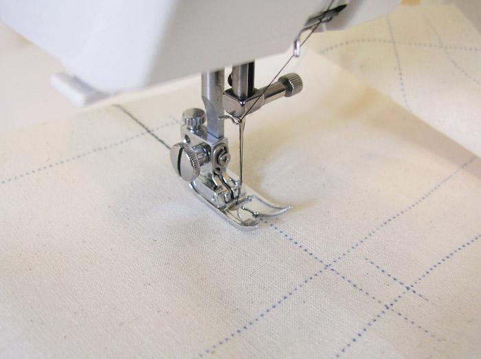Coser con pespunte largo y color fuerte las líneas de cintura y pecho.