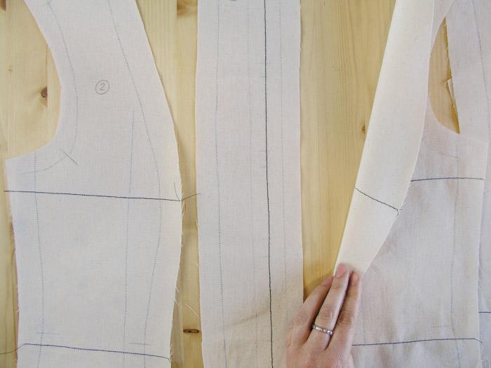 Pespuntes en líneas de cintura y pecho.