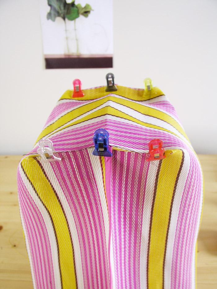 Unir con pinzas la base de la bolsa de rafia | Betsy Costura
