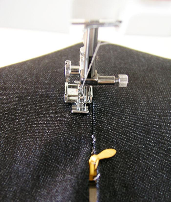 Pivotar aguja y subir por el primer pespunte.