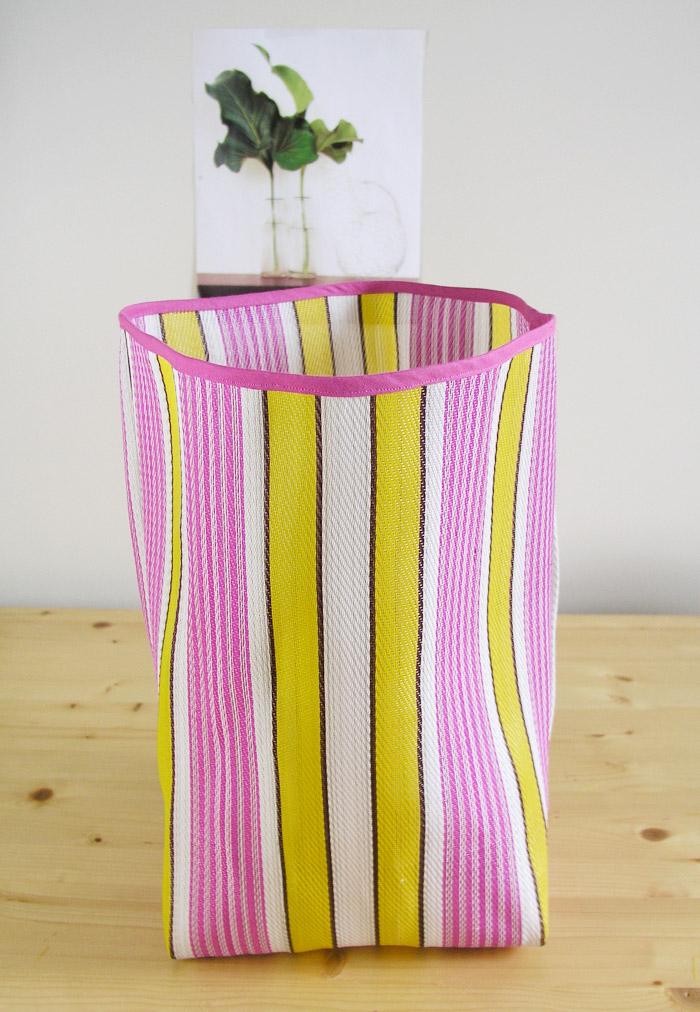 Pulir con cinta al bies la parte superior de la bolsa de rafia | Betsy Costura