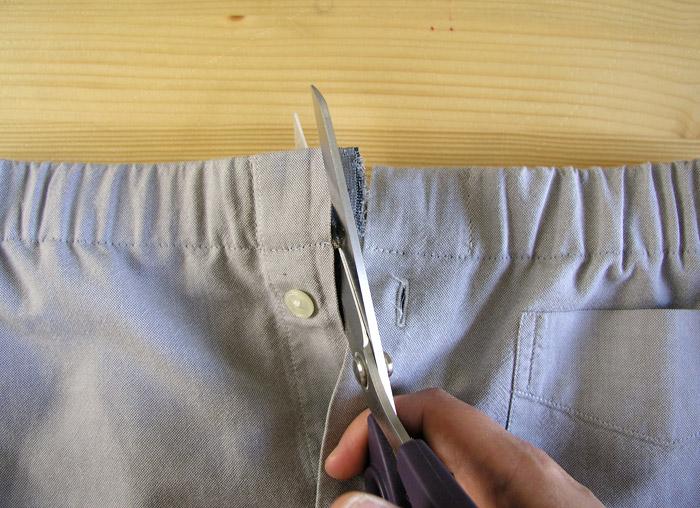 Cortar el sobrante de cinta elástica en cada lado.