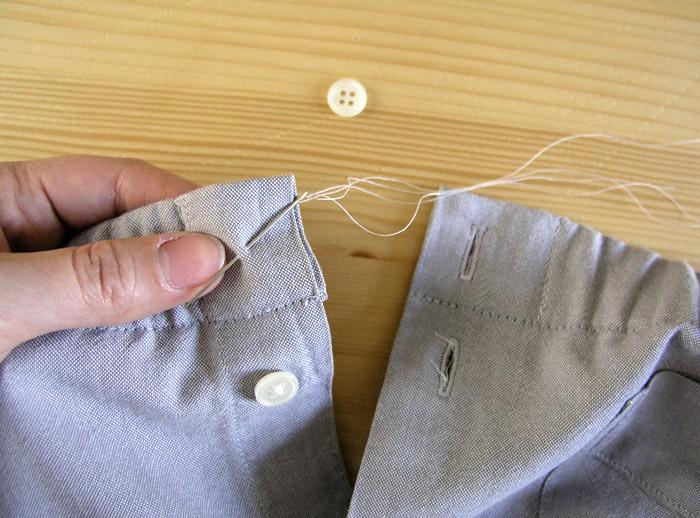 Hacer un ojal nuevo y coser el botón que teníamos guardado.