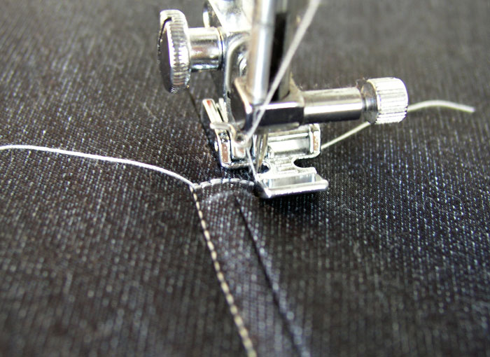 Pivotar aguja y continuar cosiendo el segundo lado de la cremallera.