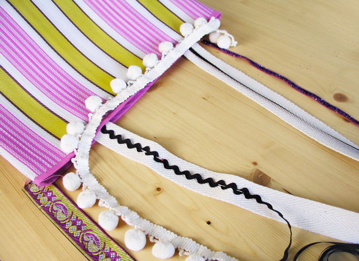 Selección de cintas y adornos para la bolsa de rafia | Betsy Costura