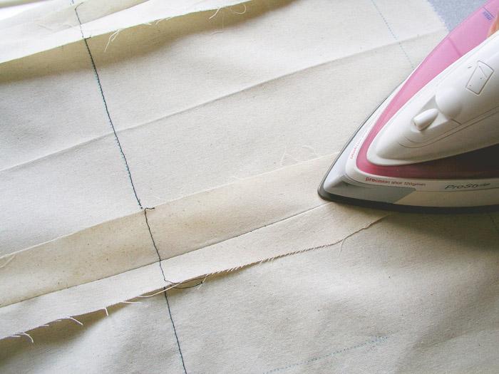 Planchar márgenes de costura abiertos.