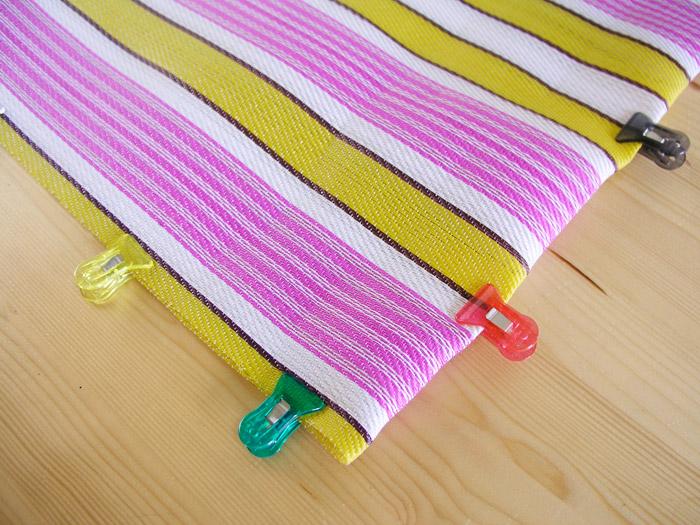 Colocar pinzas para doblar rafia de plástico | Betsy Costura