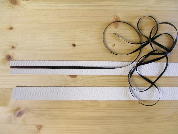 Coser la cinta de raso en la mitad de cada asa | Betsy Costura