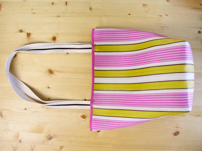 Posicionar con alfileres las asas en la bolsa de rafia | Betsy Costura