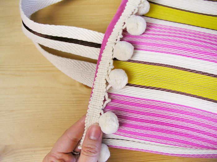 Coser la cinta de pompones en la parte superior de la bolsa de rafia | Betsy Costura