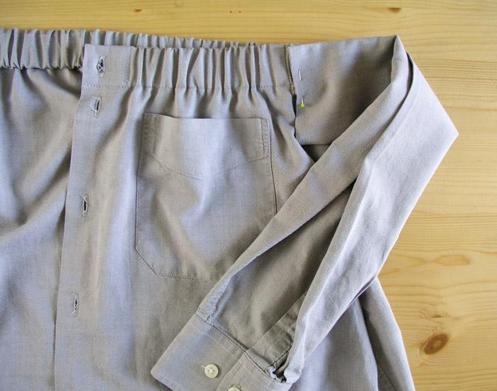 Colocar la manga en la costura lateral de la falda.