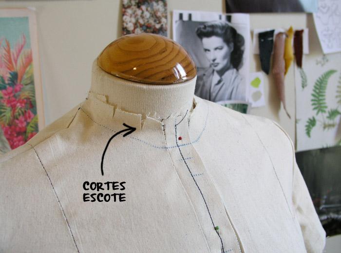 Pequeños cortes en el margen de costura del cuello.