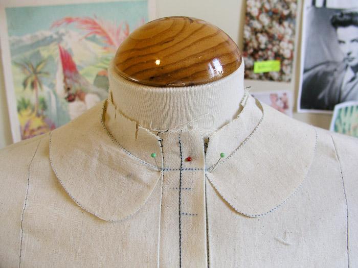 Cuello colocado sobrepuesto en el maniquí.