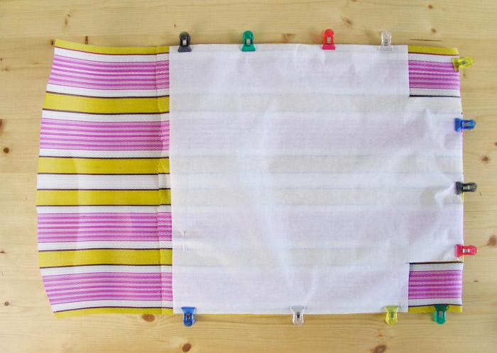 Colocar patrón con pinzas en la rafia de plástico | Betsy Costura