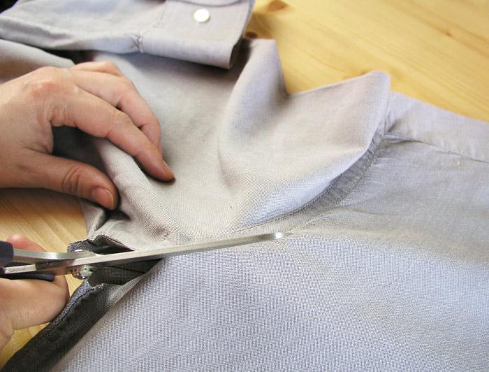 Cortar las mangas de la camisa por el contorno de las sisas.