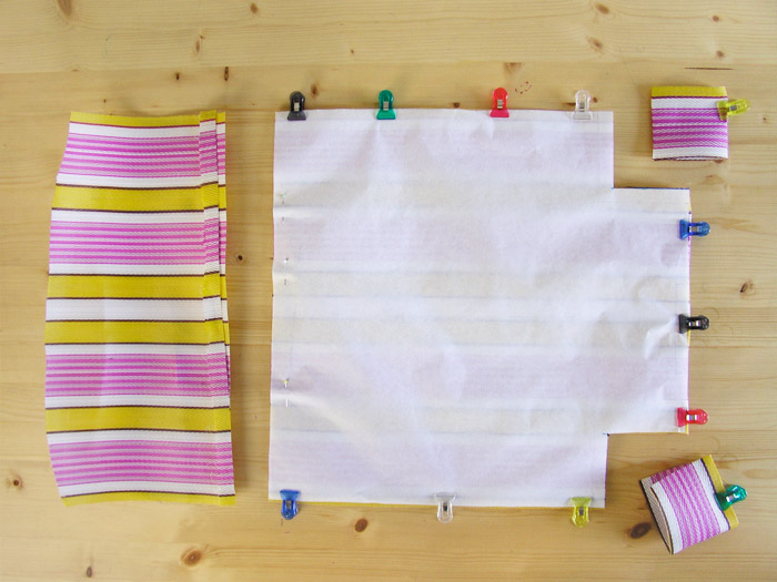 Cortar con tijeras la rafia de plástico | Betsy Costura