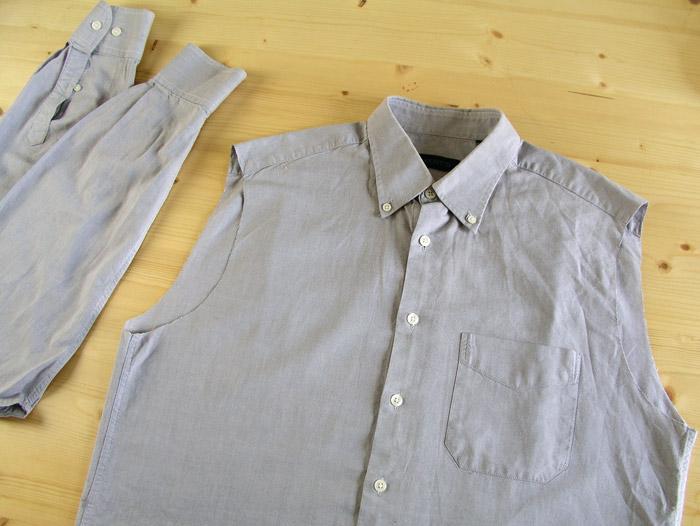 Camisa con las mangas cortadas y guardadas para más tarde.