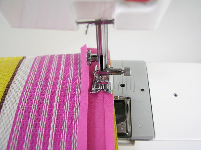 Pulir los laterales de la bolsa de rafia con cinta al bies | Betsy Costura