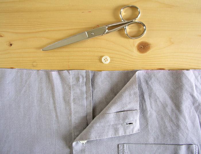 Quitar y guardar el primer botón de la camisa.