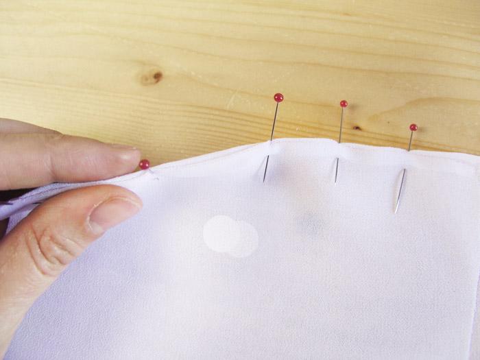 Colocar alfileres envolviendo el borde | Betsy Costura