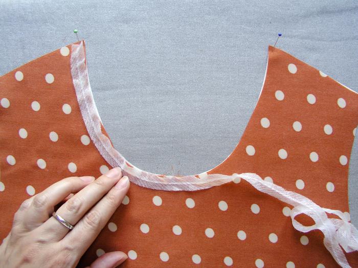 Presentar la cinta de fliselina en el escote  Betsy Costura