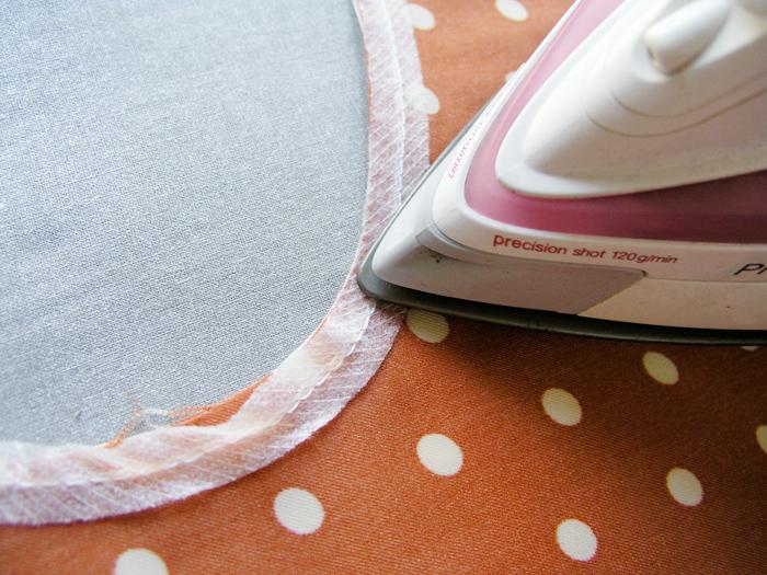 Aplicar con la punta de la plancha la cinta de fliselina  Betsy Costura