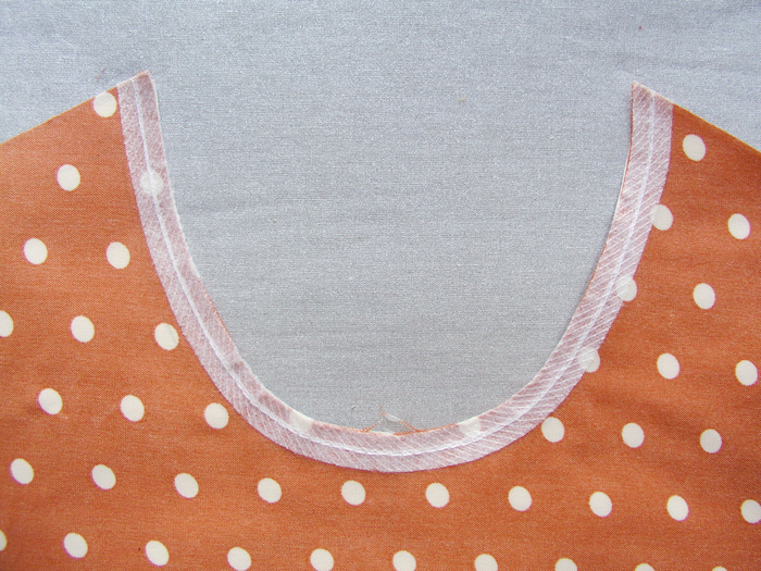 Cinta de fliselina aplicada en el escote para estabilizar la costura  Betsy Costura