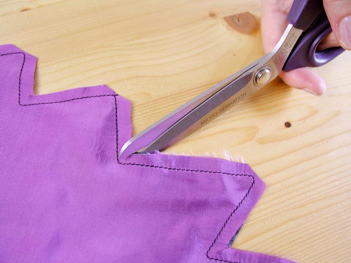 Rebajar costuras del cuello de la capa de Halloween | Betsy Costura