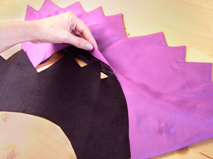 Colocar el fieltro en el cuello de la capa de Halloween | Betsy Costura